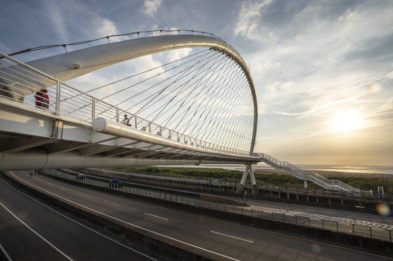竹市知名攝影景點豎琴橋首度更換18盞投射燈,越夜越美麗,吸引大批攝影愛好者朝聖取景落日、夜景。圖/新竹市政府提供