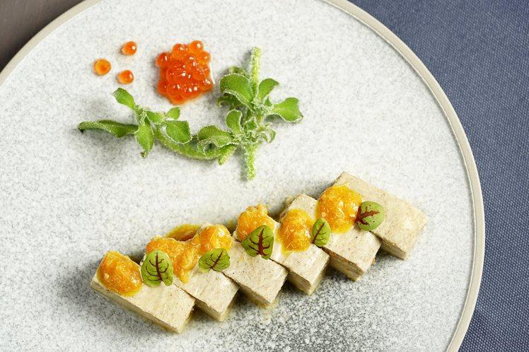 以松葉蟹膏、昆布高湯等食材製作而成的「鮭卵蟹豆腐」,每份298元。圖/THE上海...
