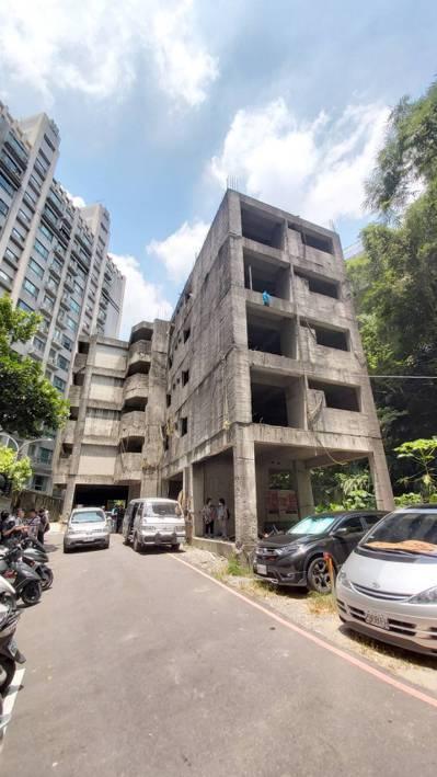 新北市新莊區荒廢20年公寓,不僅影響環境衛生,恐成為治安死角。圖/新北工務局提供