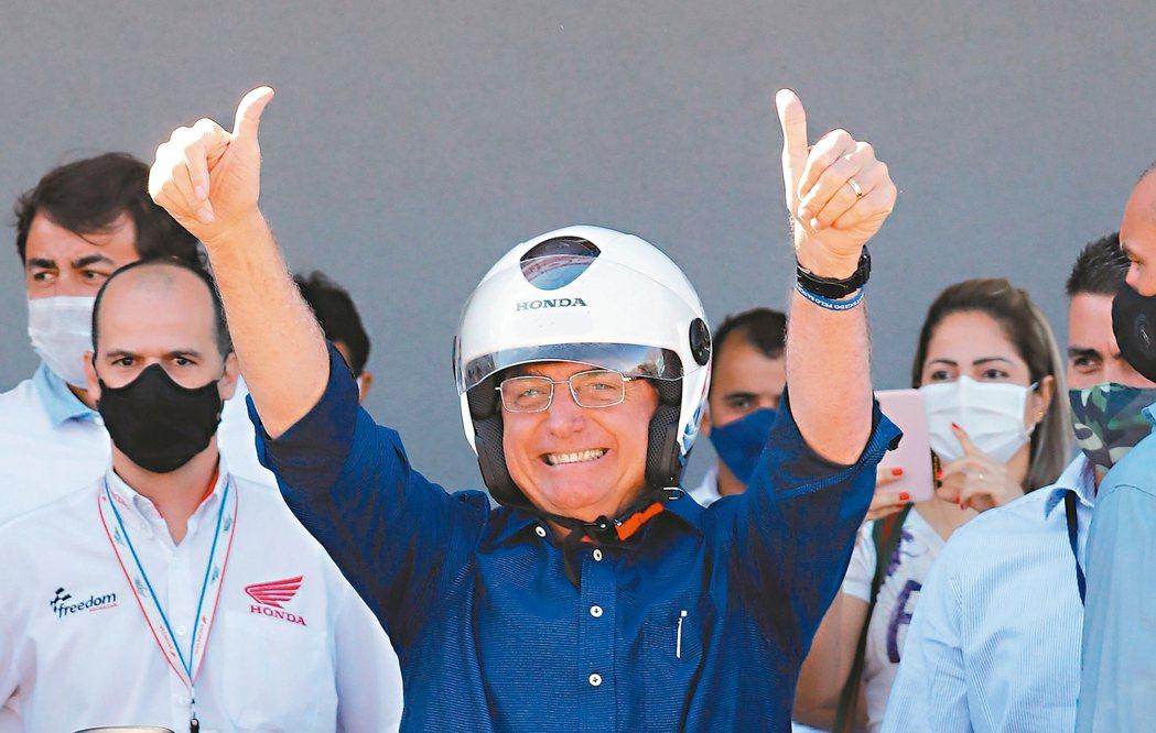 巴西總統波索納洛今天在巴西利亞會見支持者時公開拿下口罩;短短數天前他稱自己戰勝2...