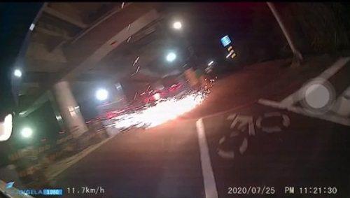 新北市一名機車騎士昨晚行經興建中的三鶯線龍埔路LB05車站(籠埔站)時,施工火花突然掉落,差點擊中。圖/取自爆料公社