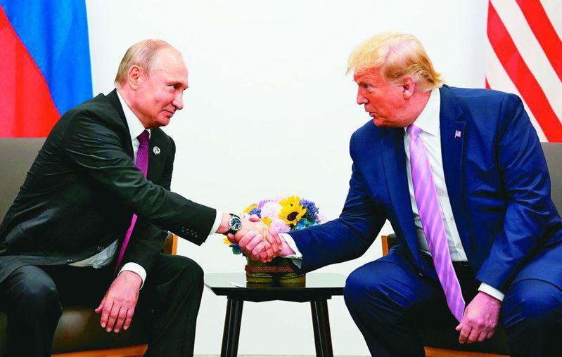 川普(右)希望普亭(左)能向中國施壓。 (路透)