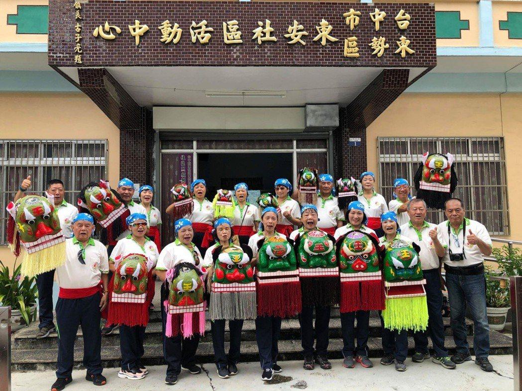魏坤文總幹事(前排右一)創立台中市客家民俗技藝發展協會,希望以更多元的方式,傳承...