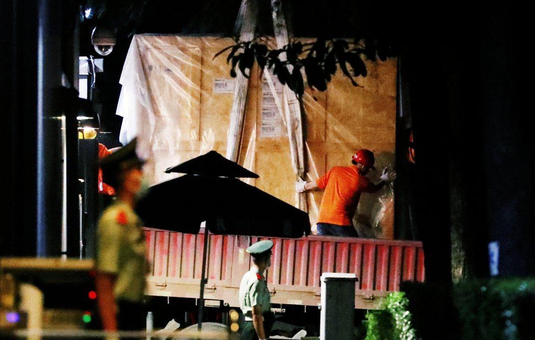 根據中方的直播紀錄,自24日下午開始,成都領館內就開始了撤離作業,除了領館人員忙...