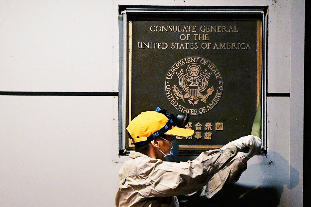 被中國政府以「外交報復」為名,勒令撤館的美國駐成都領事館,已於27日上午6點降下...