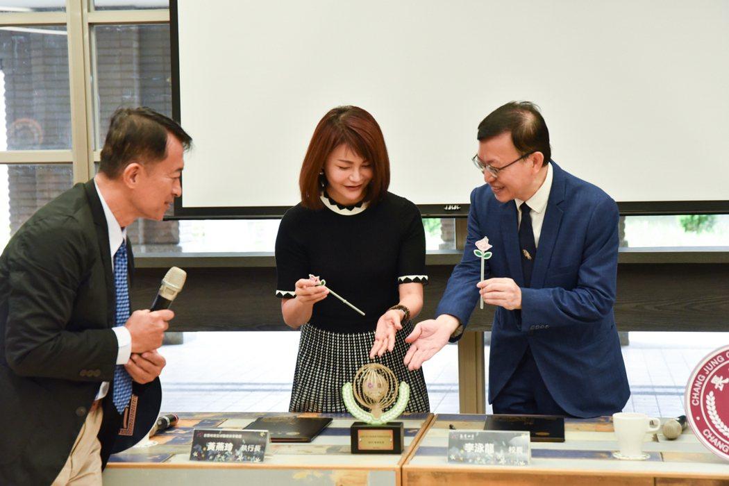 今日,首璽格爾全球醫療美學集團贈送的紀念品,為一座以長榮大學、首璽格爾為意涵的金...