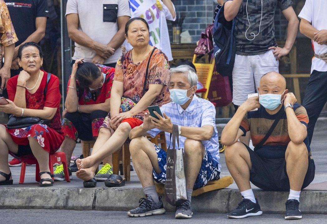 成都街頭的領館周邊,都出現了大批「想要見證國際歷史」的湊熱鬧民眾。 圖/歐新社