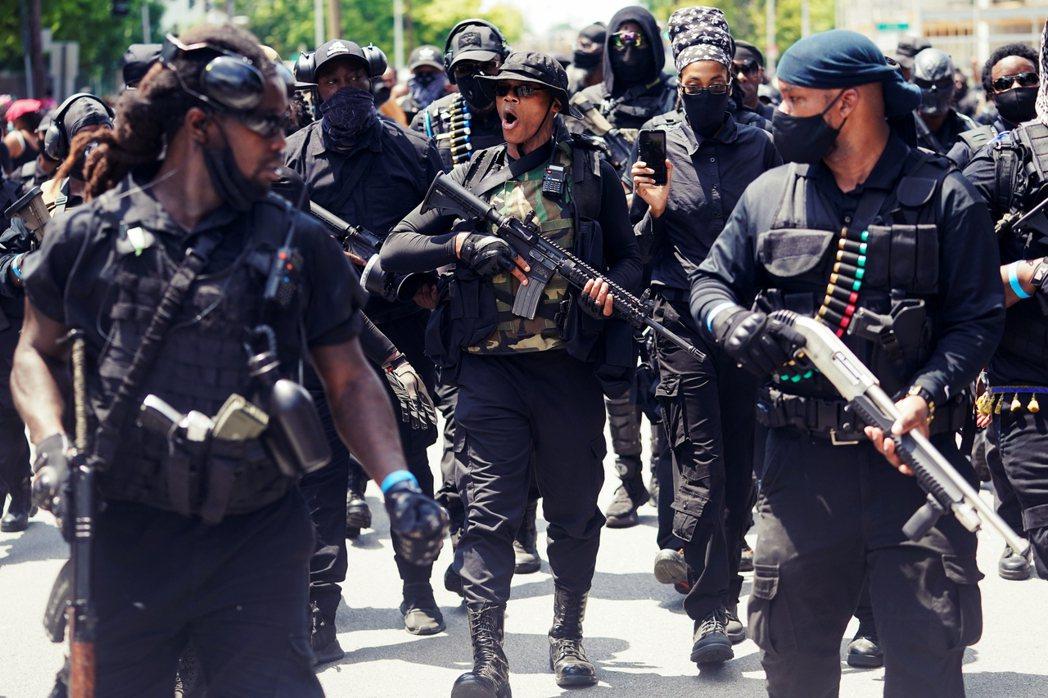 圖為肯塔基州集結的黑人民兵團體NFAC,全副武裝準備反擊,7月26日就在肯德基州...
