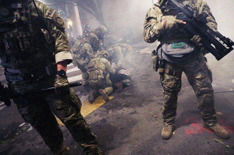 未配帶識別證且配備重裝鎮暴裝備,又以無牌警車捕捉街頭示威者的行為,引發各界極大爭...