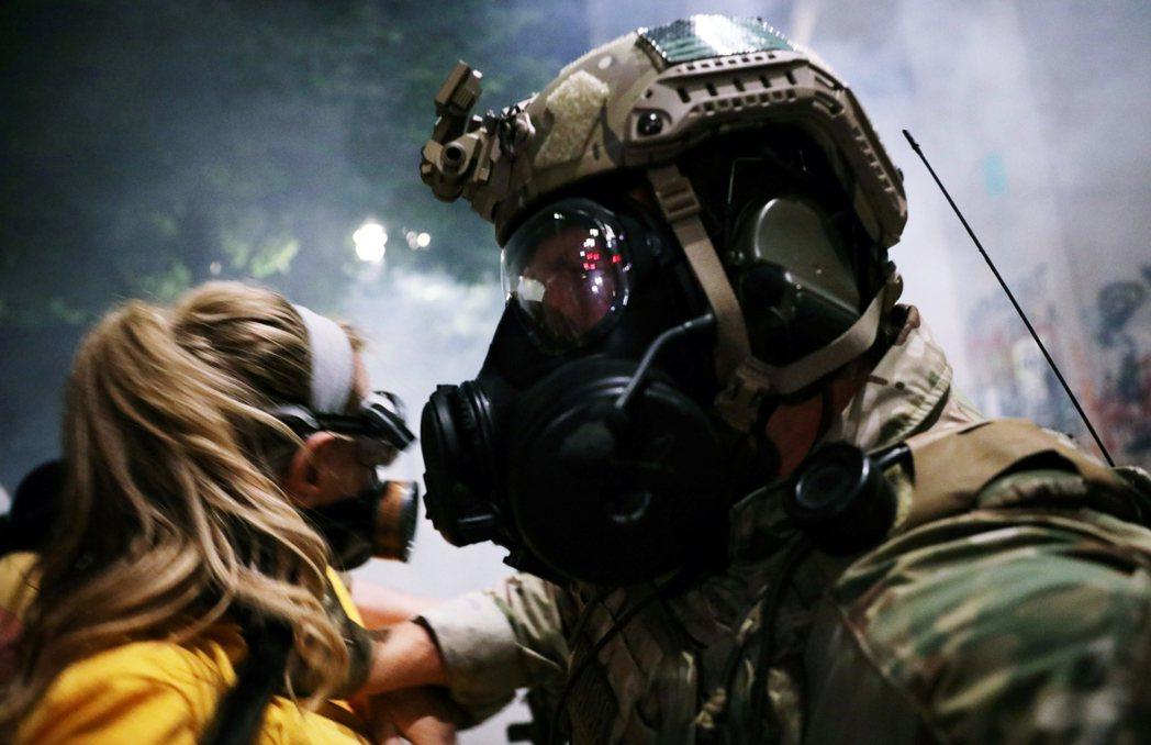川普以「守護聯邦官署」為名,派遣了美國國土安全部(DHS)與美國海軍陸戰隊的混和...
