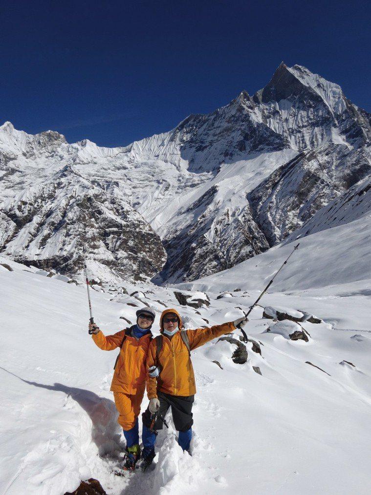葉金川和太太張媚到尼泊爾安納普娜基地營雪地健行。圖/葉金川提供
