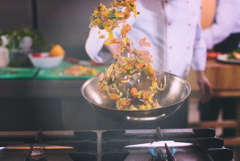 有網友好奇「高麗菜到底要怎麼炒才好吃」,貼文掀起眾人熱議。示意圖/ingimage