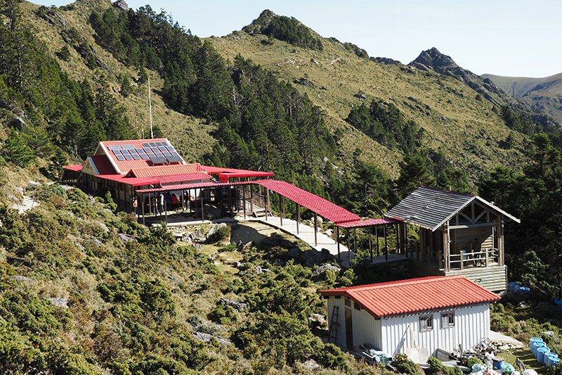 嘉明湖兩座山屋和一個營地,目前由林務局臺東林管處每年發包給米亞桑戶外中心管理。圖為嘉明湖山屋。 圖/鳴人堂提供