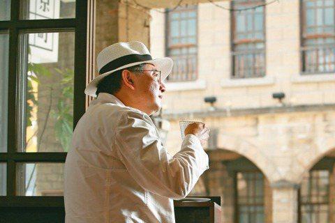 李清志喜歡在老屋咖啡店沈思,一邊欣賞台北撫臺街洋樓。 圖/林澔一攝影
