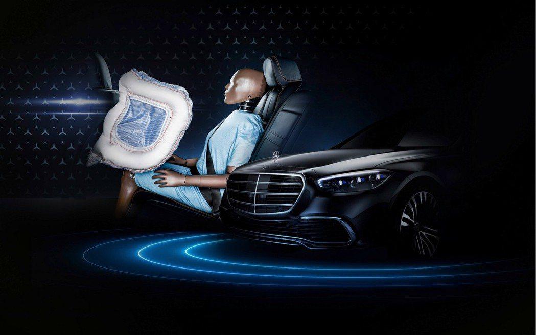 S-Class是首輛搭載後座安全氣囊的車款。 摘自Mercedes