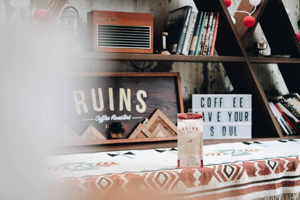 位於木柵河岸邊的「Ruins Coffee Roasters」被稱作是小廢墟咖啡...