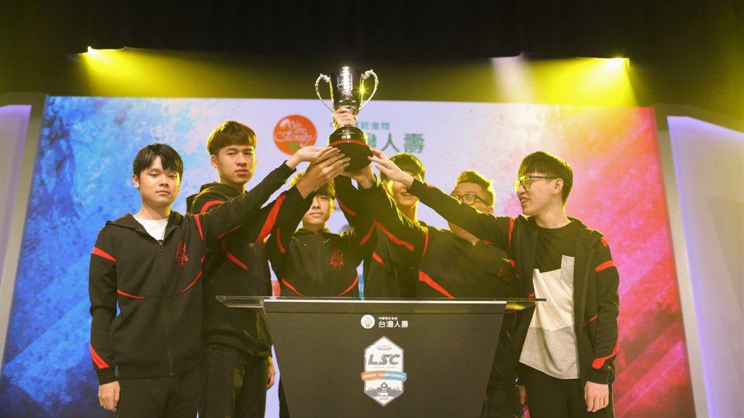 萬能雄獅隊今年拿下大專院校組冠軍金盃。 TESL台灣電子競技聯盟/提供。
