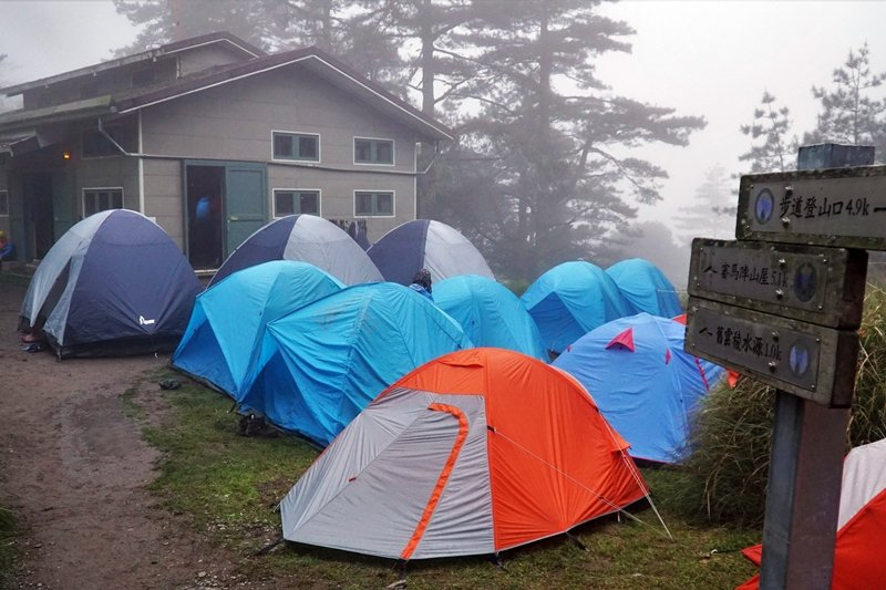 同款帳篷整齊劃一的出現在某一特定位置,該現象在周末連假最為明顯。圖攝於雲稜山屋。 圖/作者自攝