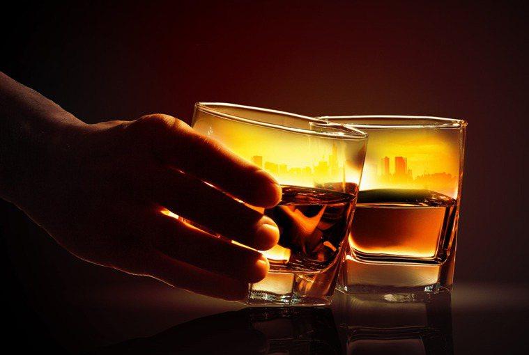 飲酒會增加癌症死亡風險,而通過運動,可以將這種增加的風險降低一些。圖/ingim...