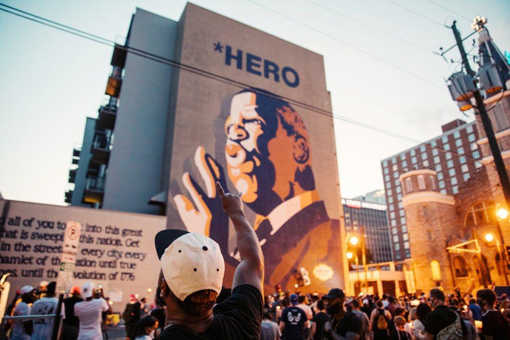 紀念路易斯的「英雄之牆」。 圖/路透社