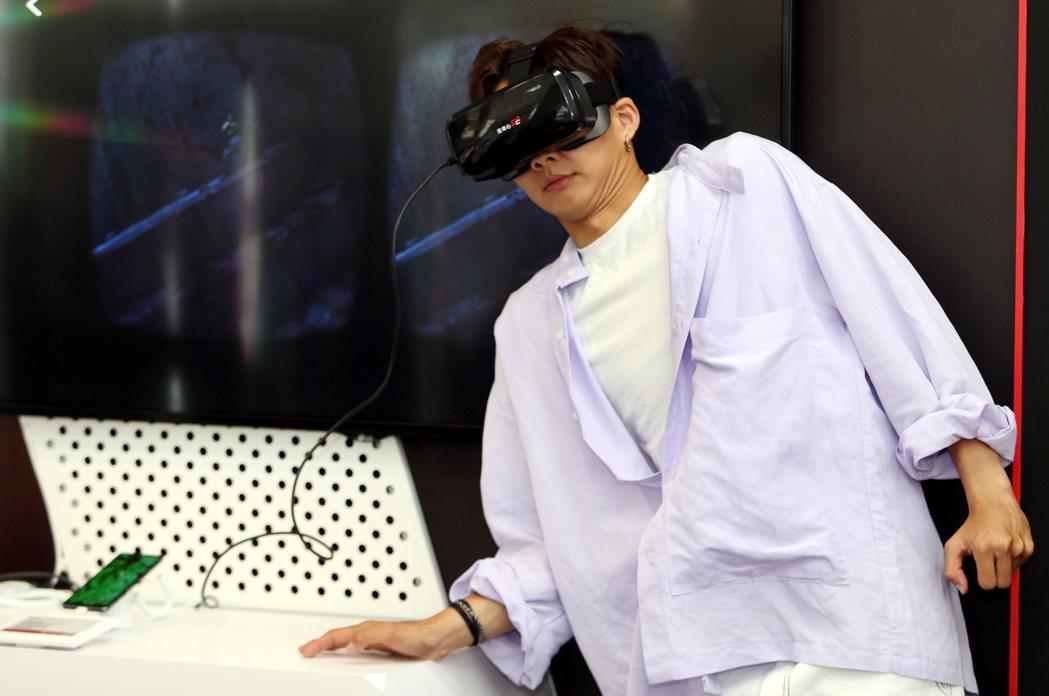 吳念軒體驗主演的「紅衣小女孩:魔神仔」VR版,怕聽鬼故事的他被血淋淋的畫面驚嚇。...