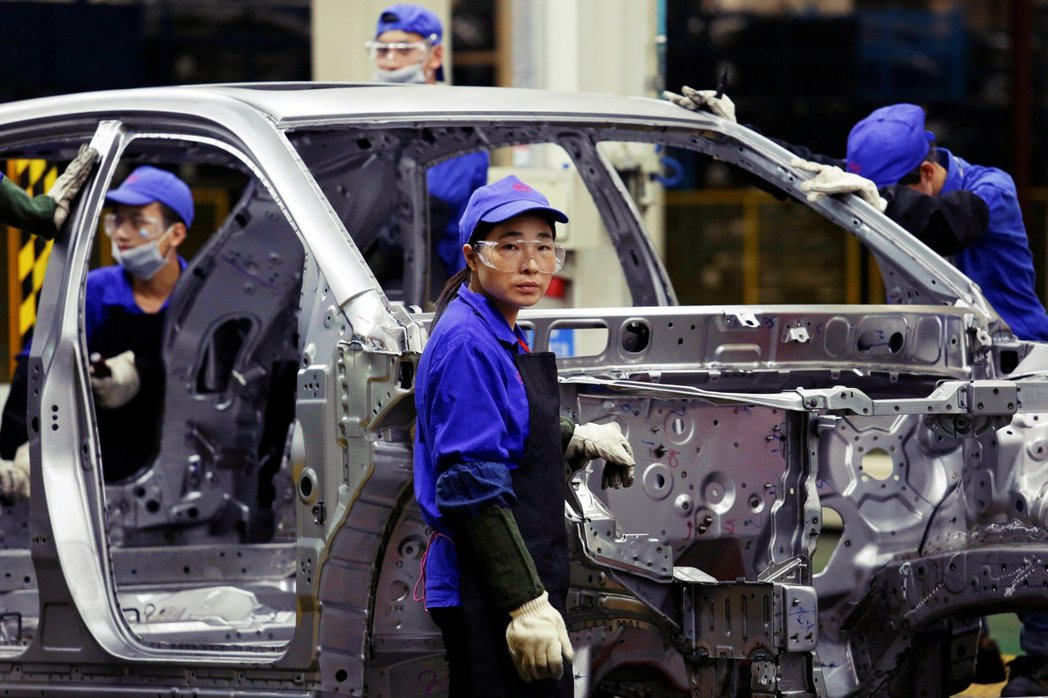 深圳組裝中的中國比亞迪國產電動車。 圖/路透社