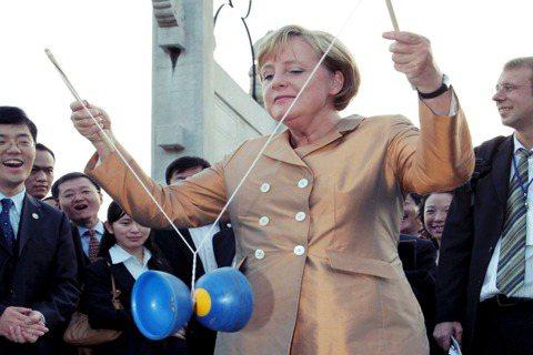 梅克爾是一位非常能代表前述德國外交性格的典型人物:以歐洲為認同、低調務實、強調多...
