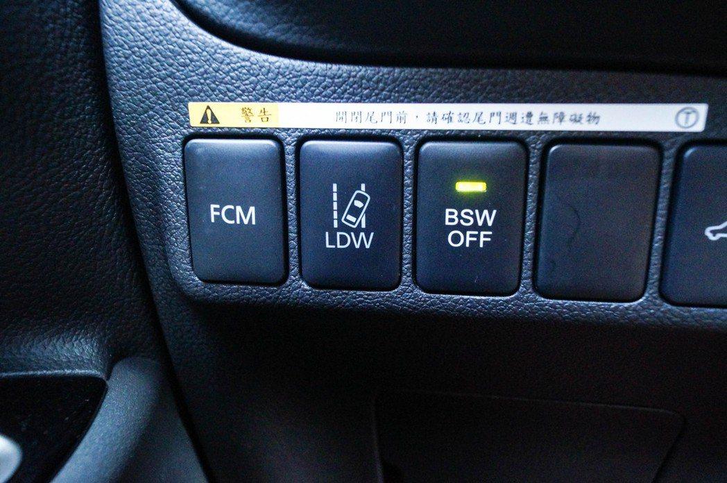 FCM主動式智慧煞車輔助系統附行人偵測、LDW車道偏移警示和BSW盲區警示按鈕都...