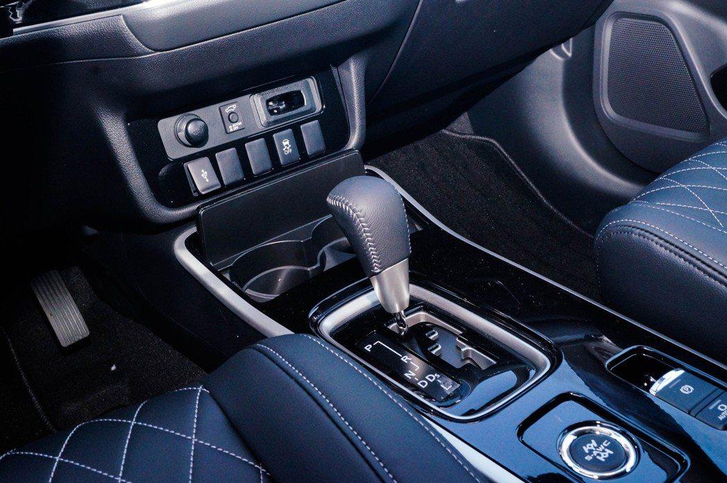 中控台前方有12V插孔、USB孔以及置放I-Key的小置物空間。 記者趙駿宏/攝...