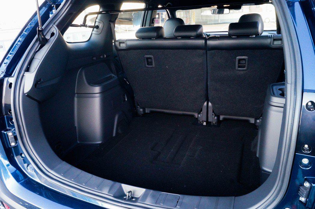 5人座車型的後行李廂空間十分充足。 記者趙駿宏/攝影