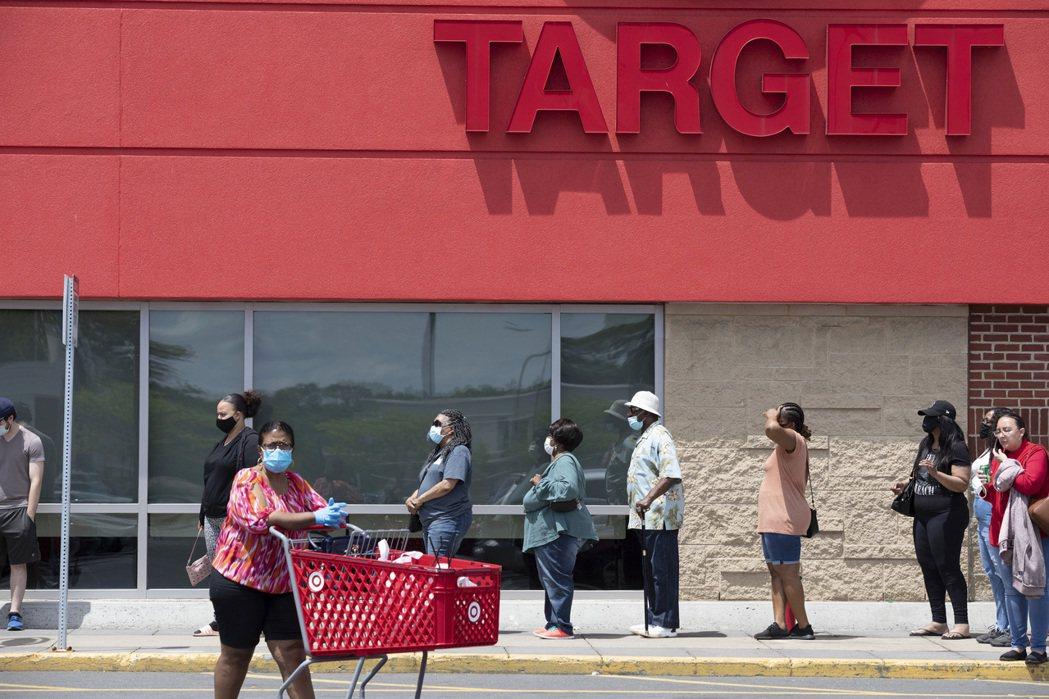 疫情捲土重來,美國售商強制規定顧客要戴口罩。 美聯社