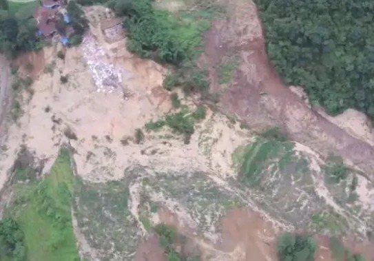 重慶市武隆區因暴雨導致山體滑坡形成堰塞湖,影響當地人民生命及財產安全。圖/取自澎湃新聞