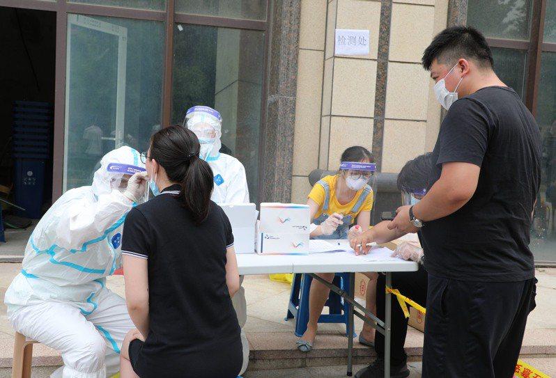 圖為中國大連市民進行核酸檢測。 中新社