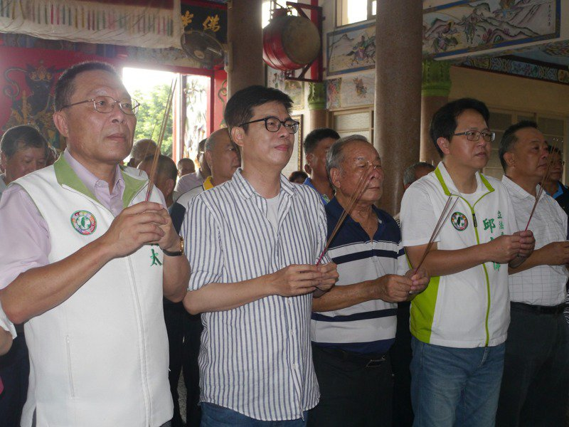 圖為高市議員黃明太(左)日前陪同市長參選人陳其邁(左二)到路竹觀音亭參拜。記者徐白櫻攝影/報系資料照
