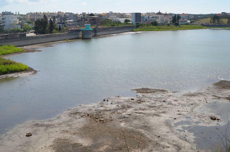 澎湖地區現有成功、興仁和東衛等3座地面水庫,今年5月間的豪雨帶來充沛水量,水庫發揮儲水功能,目前3座水庫儲水還有83萬噸。中央社