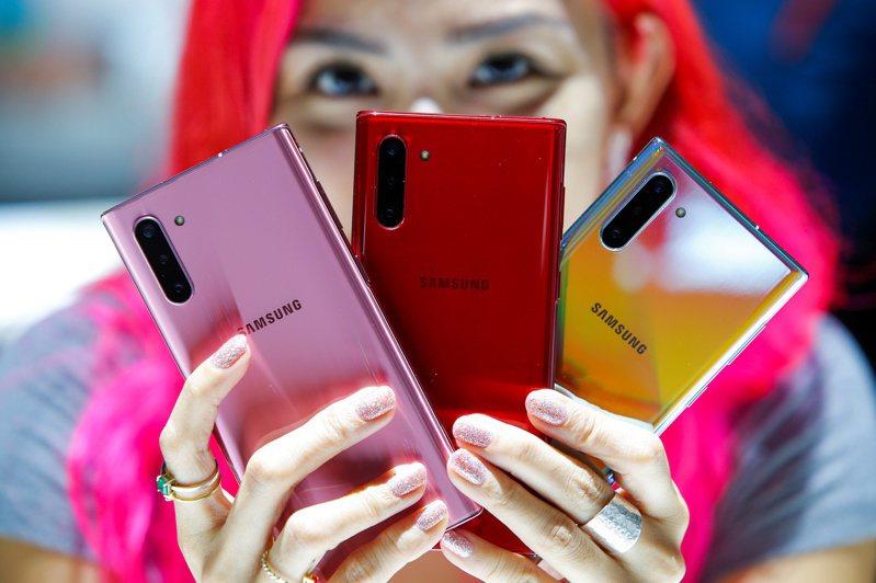 近年智慧型手機拍攝功能已成為消費者選購手機的重點之一,品牌廠陸續推出多鏡頭產品。(路透)