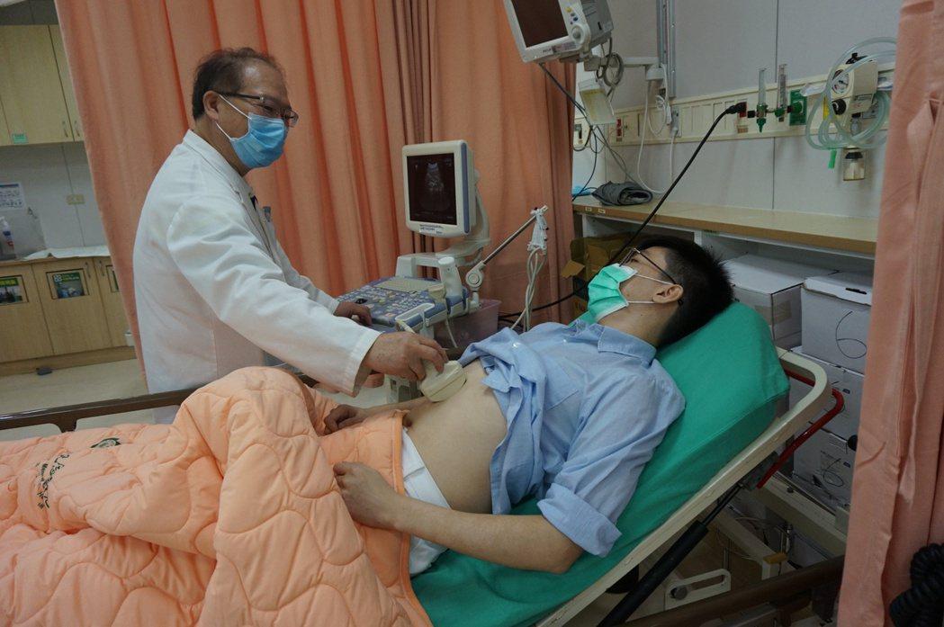 新竹馬偕急診醫學科部主任解晉一為病患診療。圖/新竹馬偕醫院提供