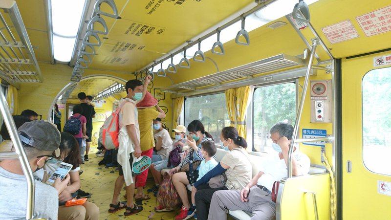 周末集集線火車迎來出遊的熱潮,南投縣農會看準這波反彈商機,舉辦「2020夏舞茶系列活動」,教導國人認識南投茶。記者黑中亮/攝影