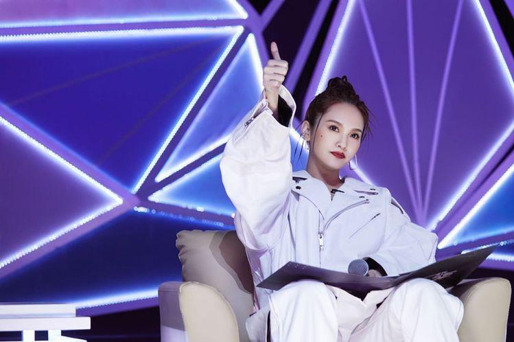 楊丞琳日前穿了一身BALENCIAGA白色皮衣外套配白色長褲錄影。圖/摘自IG
