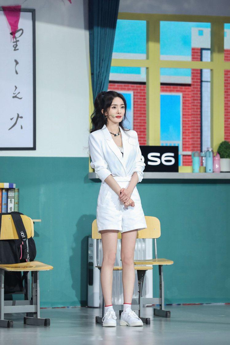 楊冪選穿RTA的白色V領西裝配白色短褲,秀出雪白長腿,內搭的Victoria's...