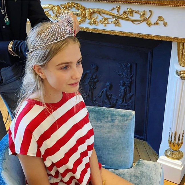 娜塔莉亞沃迪安諾娃在IG分享與女兒一起鑑賞CHAUMET頂級珠寶並試戴鑽石冠冕的...