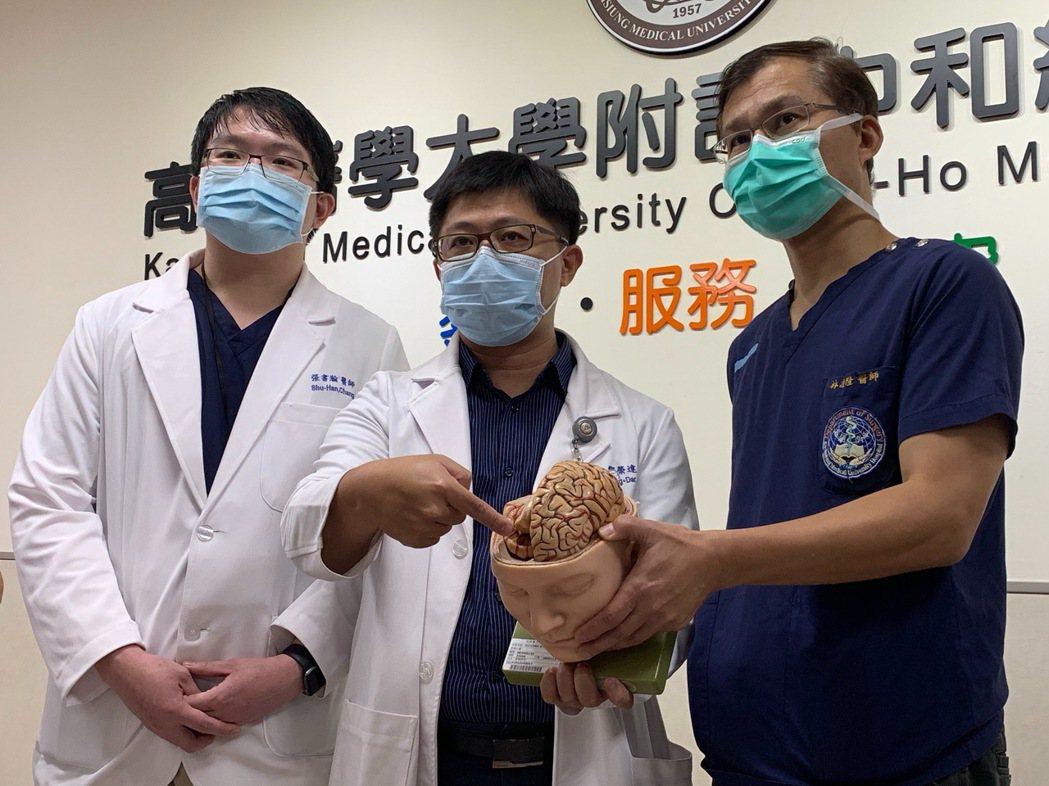 高醫神經外科教授林志隆、主治醫師鄒榮達與張書瀚(右至左),解說釘槍射入顱內個案及...
