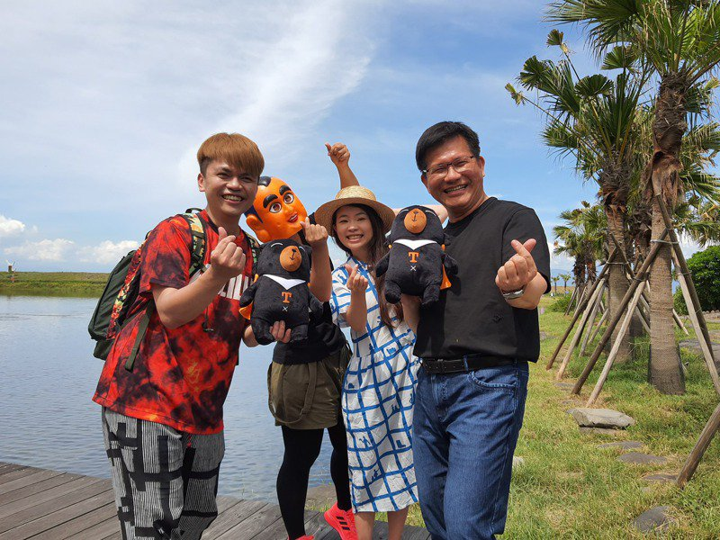 交通部長林佳龍與網紅蔡阿嘎今天登島,共同為龜山島開放20周年慶拍片宣傳。圖/東北角國家風景區管理處提供