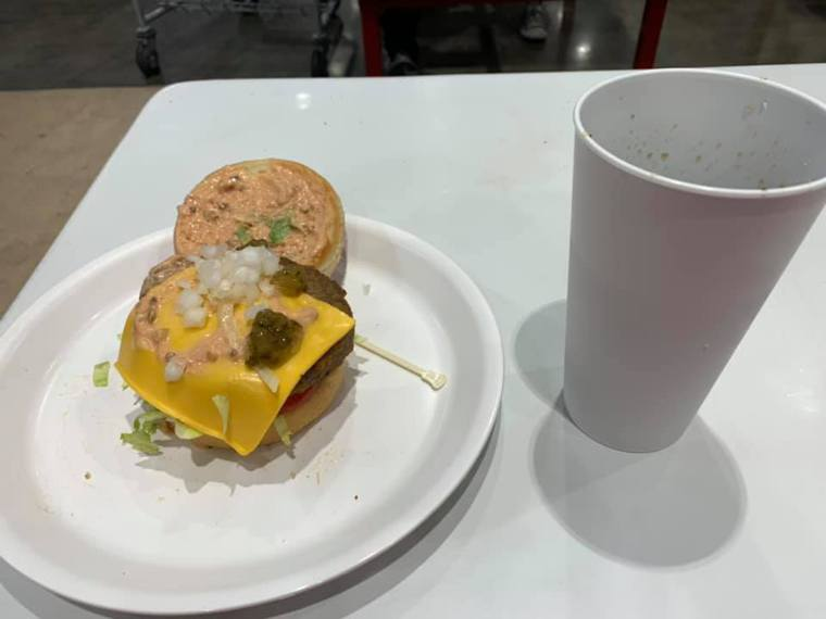 好市多餐飲區內用改為提供可重複使用的杯盤餐具。圖/摘自Costco好市多 商品經...