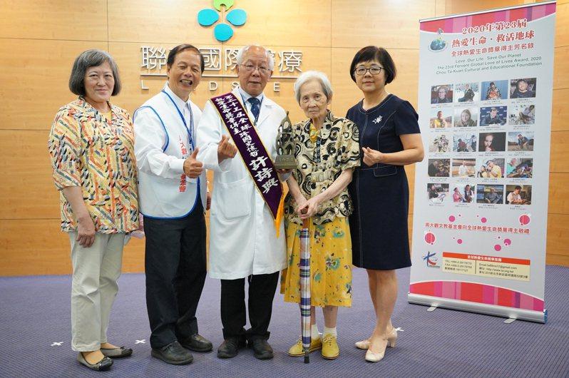 許詩典的母親、妻子和妹妹出席頒獎分享獲獎榮譽。記者鄭國樑/攝影