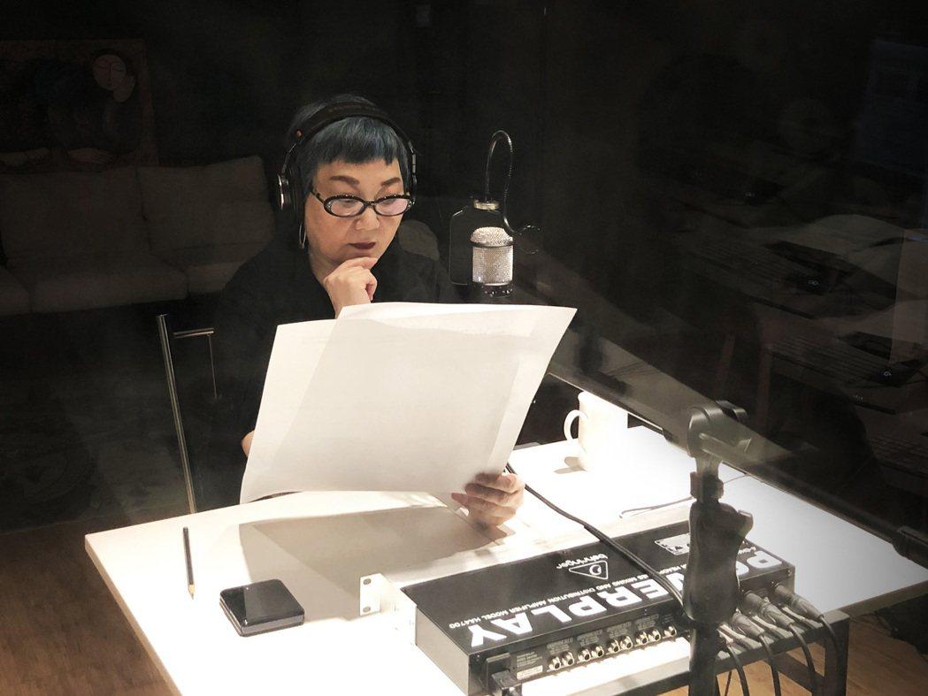 張小燕為公益進錄音室獻聲。圖/愛最大慈善光協會提供