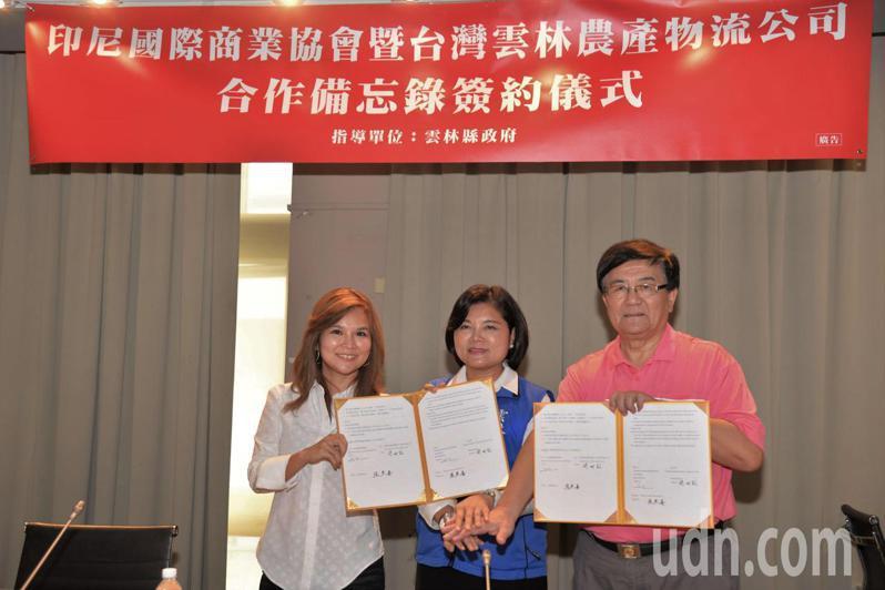 印尼國際商業協會會長曾姍姍(左)受印尼總統府委託,特地訪台與雲林農產物流公司董事長簡明欽(右)簽署合作備忘錄,縣長張麗善(中)受邀擔任見證人。記者陳苡葳/攝影