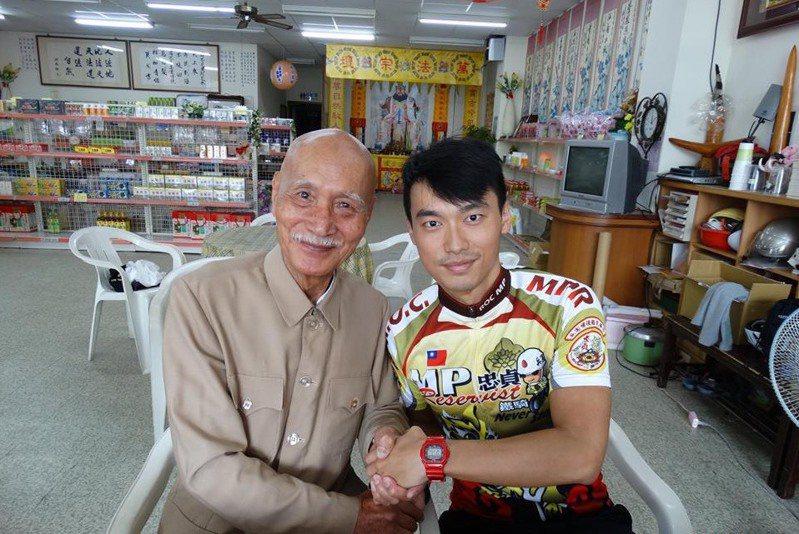 「蔣公分身」李登科(左)本月6日辭世,耆壽92歲,生前常與粉絲合影。圖/民眾提供