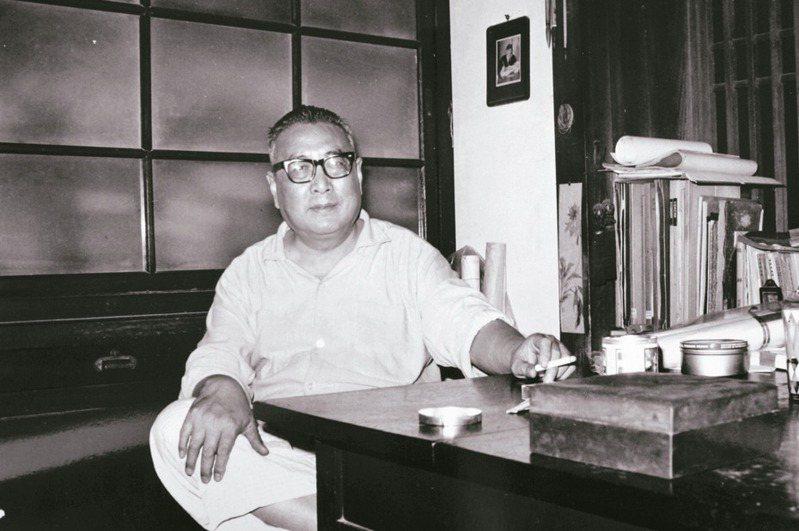 圖一、1970年代,莊靈為臺靜農教授造像,攝於「歇腳盦」書房。(圖/莊靈提供)