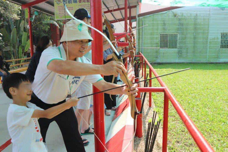 新竹市寄養家庭照顧安置兒童、帶安置兒戶外活動。圖/新竹市政府提供